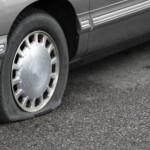Chequear la presión e inflar los neumáticos del coche