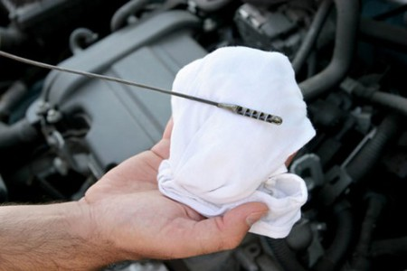 Cómo revisar y agregar aceite al motor de su coche